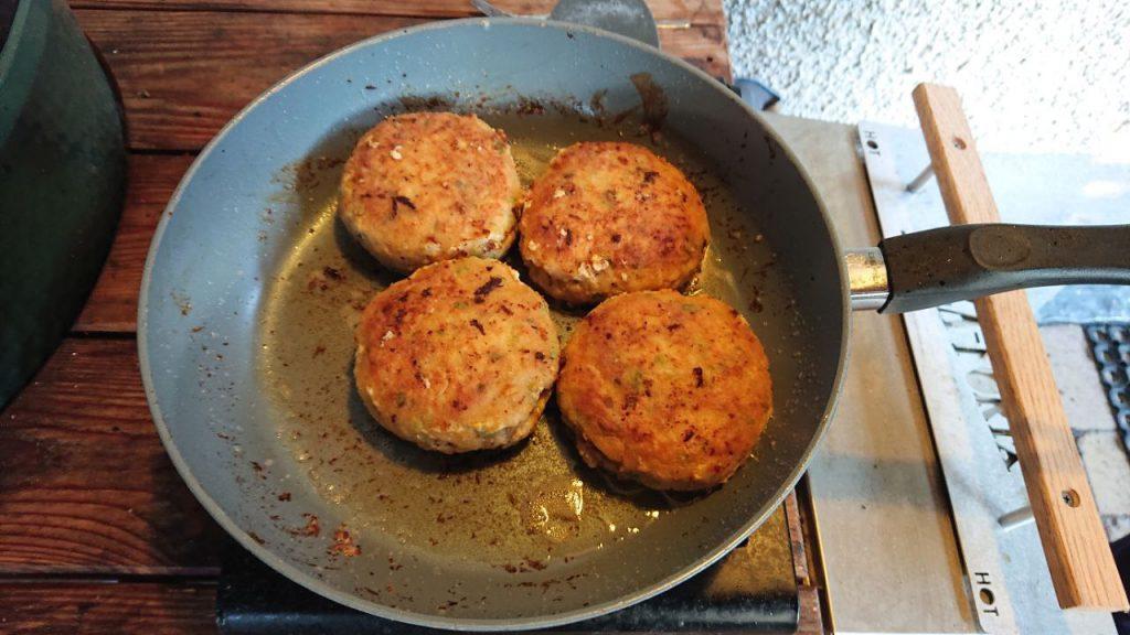 Visburger in de pan net klaar